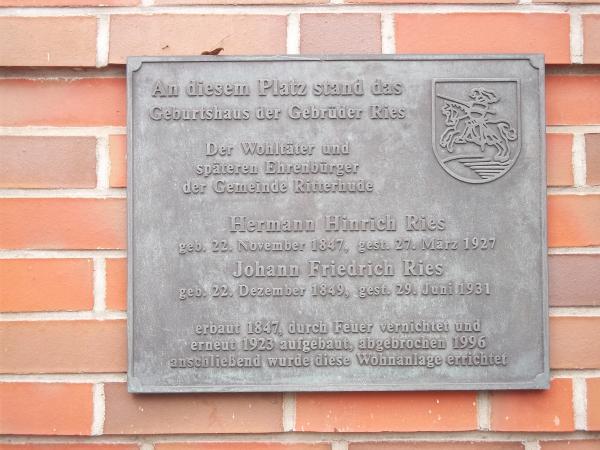 Schrifttafeln aus Bronze, Gebrüder Ries in Ritterhude am ehemaligen Kaufhaus Thölke