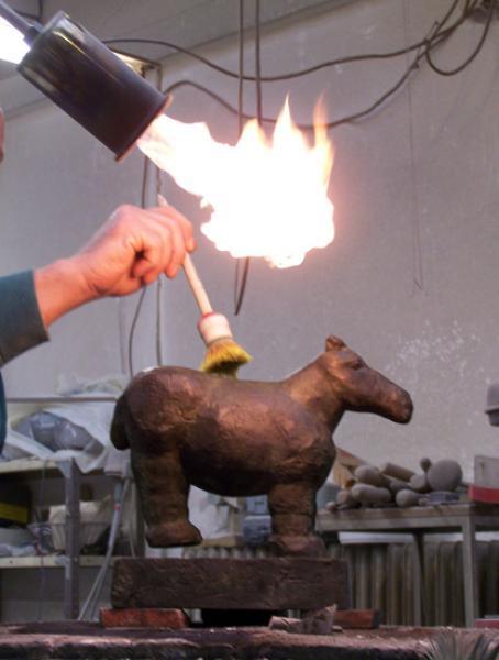 Patinierung einer Bronzeskulptur