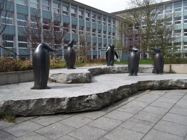 Bronzeskulptur Pinguine, Bronzeplastik gegossen in Siliciumbronze, Gemeinschaftsarbeit mit Gerhard Olbrich,