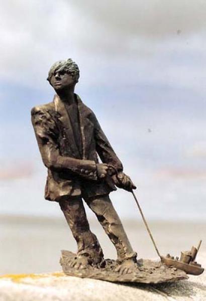 Bronzeskulptur Hartmut Wiesner, Wilhelmshaven Schiffezieher, Bronzeplastik mit einer Patina aus Schwefelleber